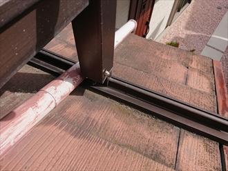 後付けのバルコニーが設置されておりその隙間に設置されている為に新規設置し直す時は位置をずらしての設置になります