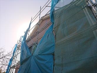 屋根工事着工後毎日強風が吹いてしまっているので部分的にメッシュを畳み風が抜けやすいように開放