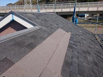 台風で飛散したシングル材が葺かれた屋根の様子