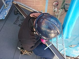 外壁と屋根材が当たる際には雨仕舞の為に板金を設置致します