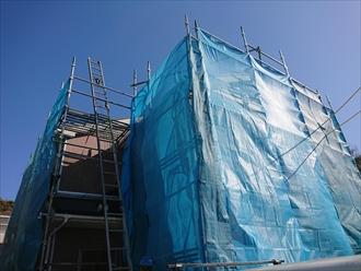 足場は屋根工事、塗装工事共職人が精度の高い仕事をするために必要です