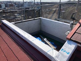 新しい笠木を取り付ける前に防水紙を敷設します