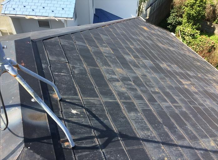 海老名市門沢橋で割れたスレート屋根は棟板金の釘も抜けだしておりました