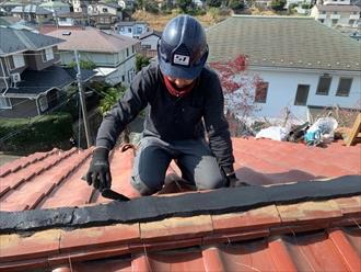 棟瓦取り直し工事で熨斗瓦とシルガードを交互に重ねていきます