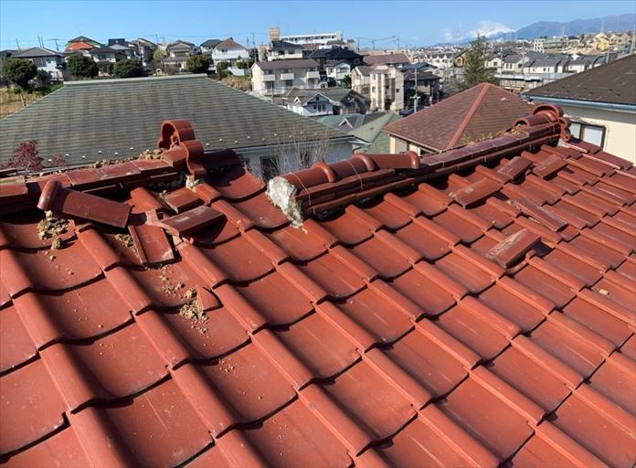 倒壊した瓦屋根の棟