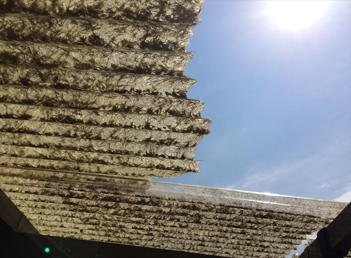 寒川町田端でベランダ屋根の屋根材が破損、波板の交換が必要な状態でした
