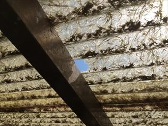 小さく穴のあいたベランダの屋根