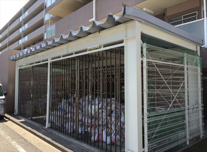 マンションにあるゴミ集積所の屋根を調査