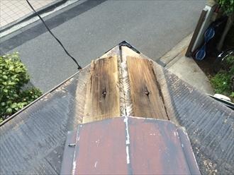 板金内部の木製の貫板が傷んでいる様子