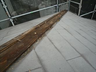 雨水が板に浸みている