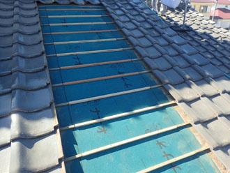 新しい防水紙を設置し瓦桟を打つ