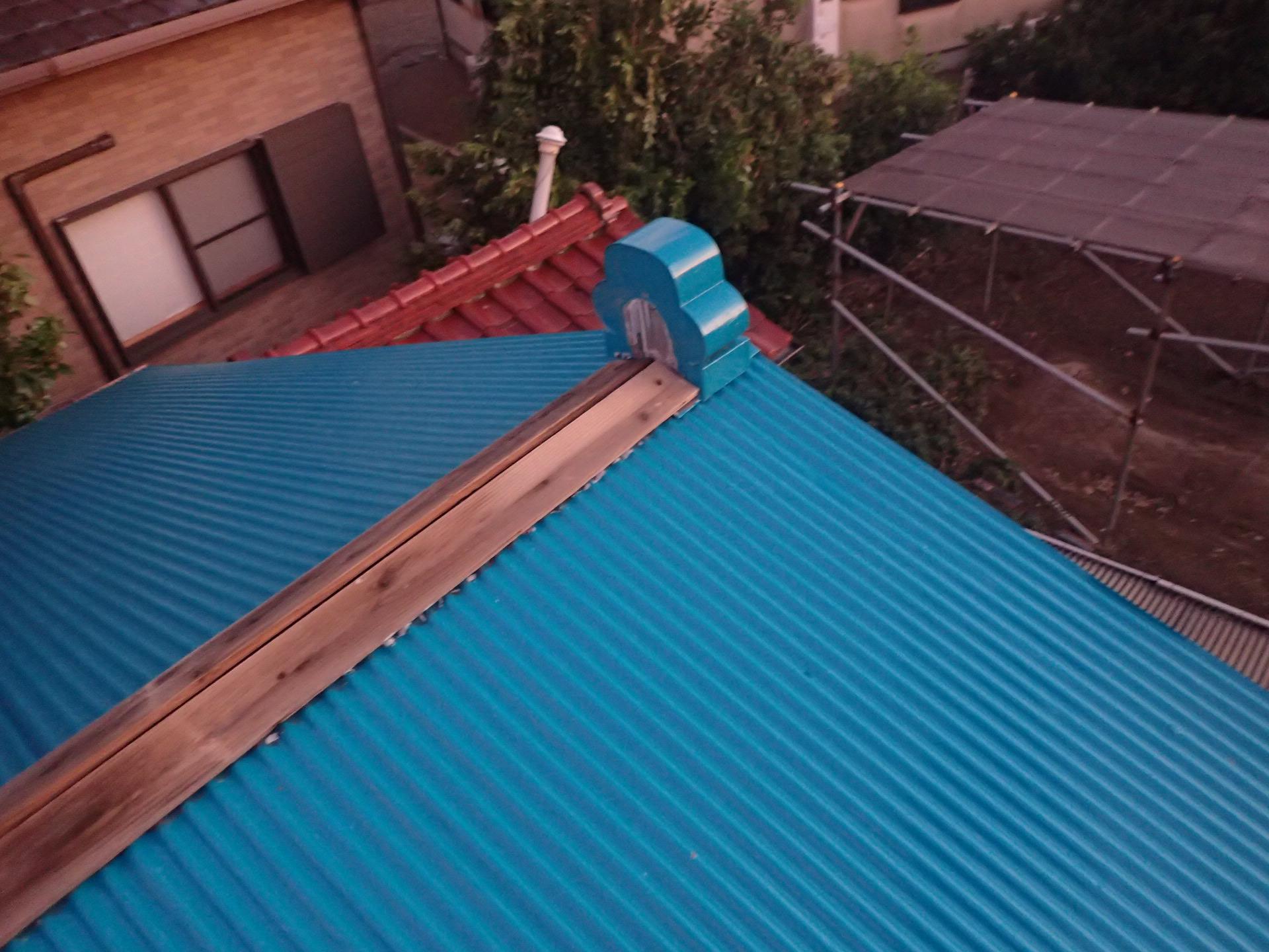 逗子市桜山にて剥がれてしまった金属製波板屋根の棟板金交換工事