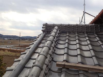 伊勢原市上粕屋にて台風の影響で崩れた降棟の漆喰を棟瓦取り直し工事で元通りに