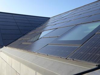 ソーラーパネル付きの屋根