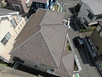 擁壁の上に建てられた建物をドローンを飛ばして調査します