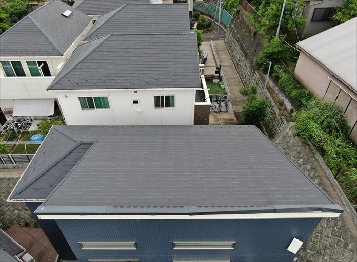 片流れのスレート屋根で屋根が破損