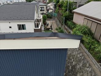 逗子市池子のスレート屋根で、片流れの棟板金が風の影響で捲れてしまいました