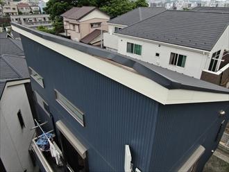 屋根の端が浮き上がっている