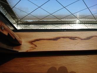 室内木枠からの雨染み