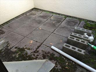 バルコニーの床に敷石が敷いてある