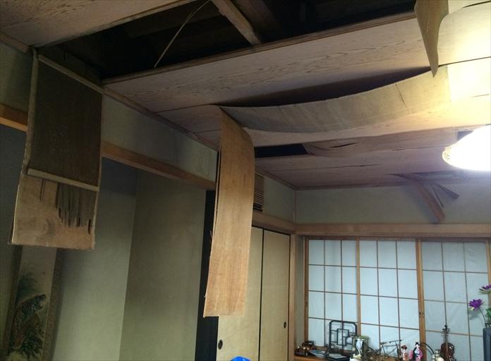 座間市栗原でバルコニーのドレンが土で埋まることで、天井板が剥がれるほどの雨漏りが発生しました
