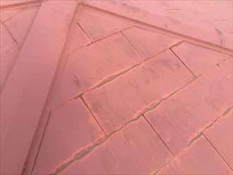 茅ヶ崎市菱沼で塗装されたスレート屋根の点検、塗膜に艶がなく足跡が付いたら塗り替え時期です