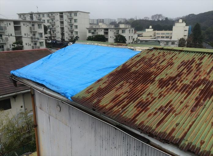 すでに劣化している屋根を調査