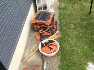 庭先には飛散してしまった瓦が集められていました