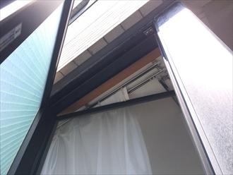 窓の上端と天井がレベル