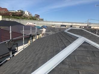 逗子市久木のスレート屋根に、スーパーガルテクト(Sシェイドチャコール)を使用した屋根カバー工事を行いました