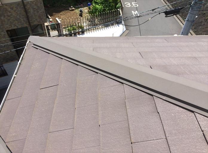 スレートの棟に使用されている棟板金