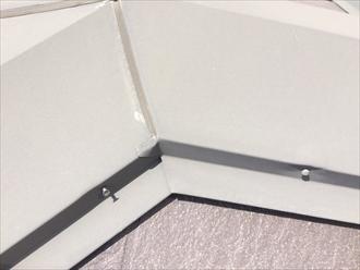 茅ヶ崎市菱沼で行った調査では、スレート屋根の板金を固定している釘が抜けておりました