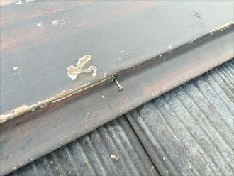 葉山町長柄で傷んだスレート屋根で、棟板金の釘抜けが起こっておりました