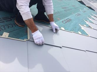 既存と同じ形に制作した板金屋根材を固定していきます