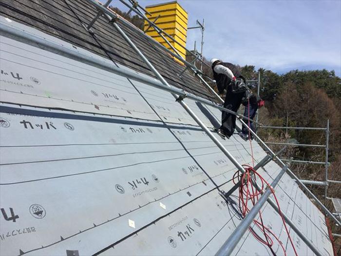 アスファルトルーフィング 屋根カバー工法のルーフィング設置の様子
