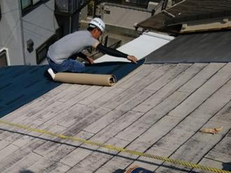 粘着層ルーフィング 屋根カバー工法で防水紙設置