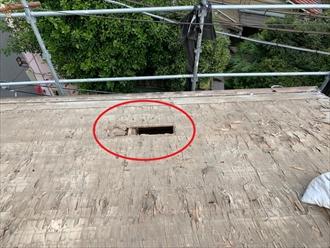 バラ板を呼ばれる野地板が腐食し割れて室内天井上に落ちている