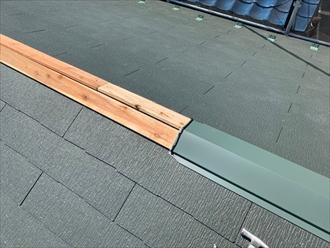 貫板を設置後棟板金を固定し、重ねる箇所にはシールを打っておきます