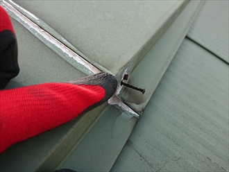 貫板に打ち込まれている釘頭に多く赤錆が散見されます。相当以前からの劣化の様です