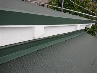 屋根の上に外壁が出来る棟違いは捨て谷部分もしっかりと確認