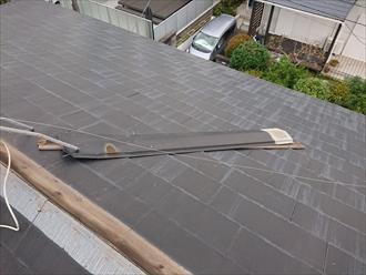 大和市上草柳にて経年劣化で腐食してしまった貫板の影響で棟板金が飛散、棟板金交換工事が必要です
