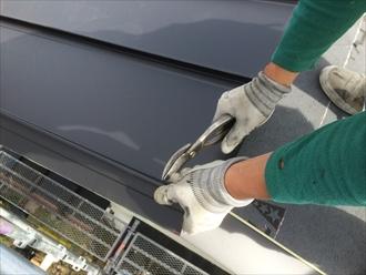 施工スタッフによる金属屋根の加工
