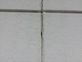 サイディングの継ぎ目に打たれたコーキングが劣化して穴が開いている