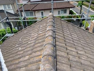 銅線で固定して棟瓦取り直し工事の完成