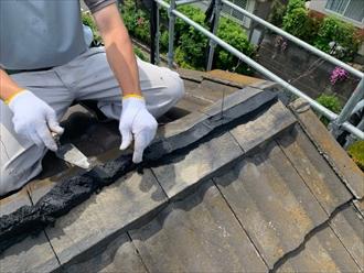 棟瓦取り直し工事で瓦を重ねて間にシルガードを詰めていきます