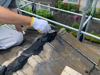 棟瓦取り直し工事でシルガードの黒を詰めていきます