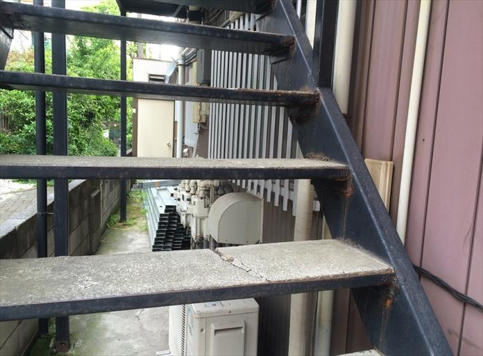 アパート共用部の鉄骨階段をメンテナンス