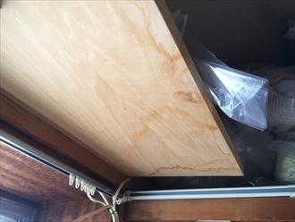 寒川町一之宮で発生した雨漏りは、横葺き板金屋根の継ぎ目にが怪しいです
