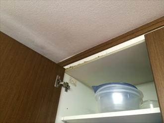 戸棚の中から雨漏り