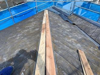 横浜市磯子区岡村で、傷んだスレート屋根の棟板金交換工事を行いました